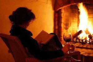 leyendo frente al fuego