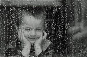 Niño con lluvia