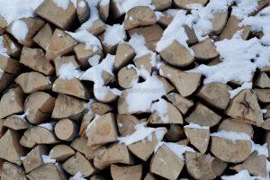 Troncos de leña nevados
